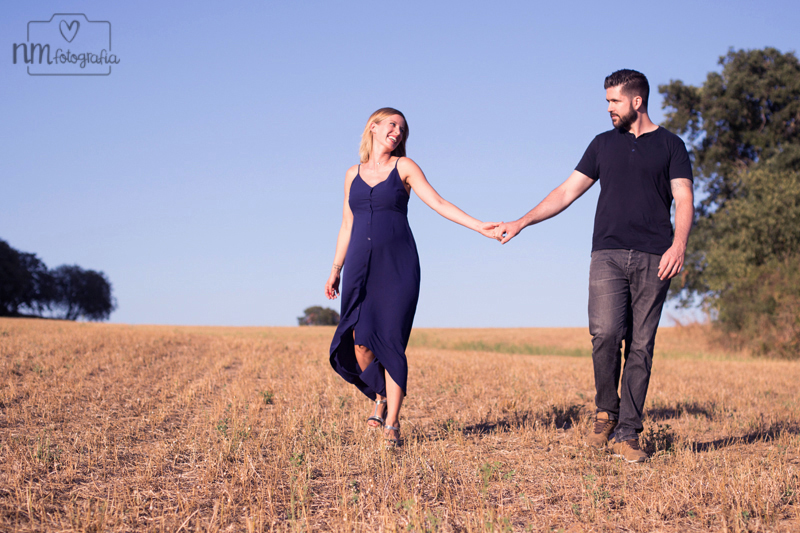 sesión de fotos de pareja en el campo