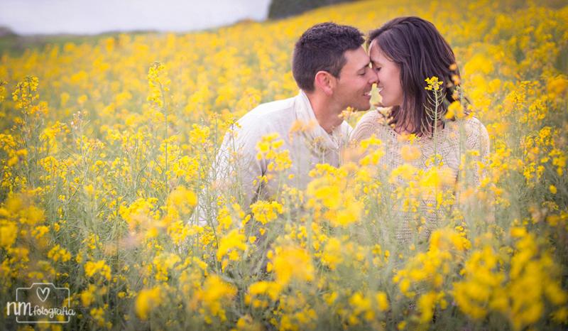 fotografía de pareja en campo de flores